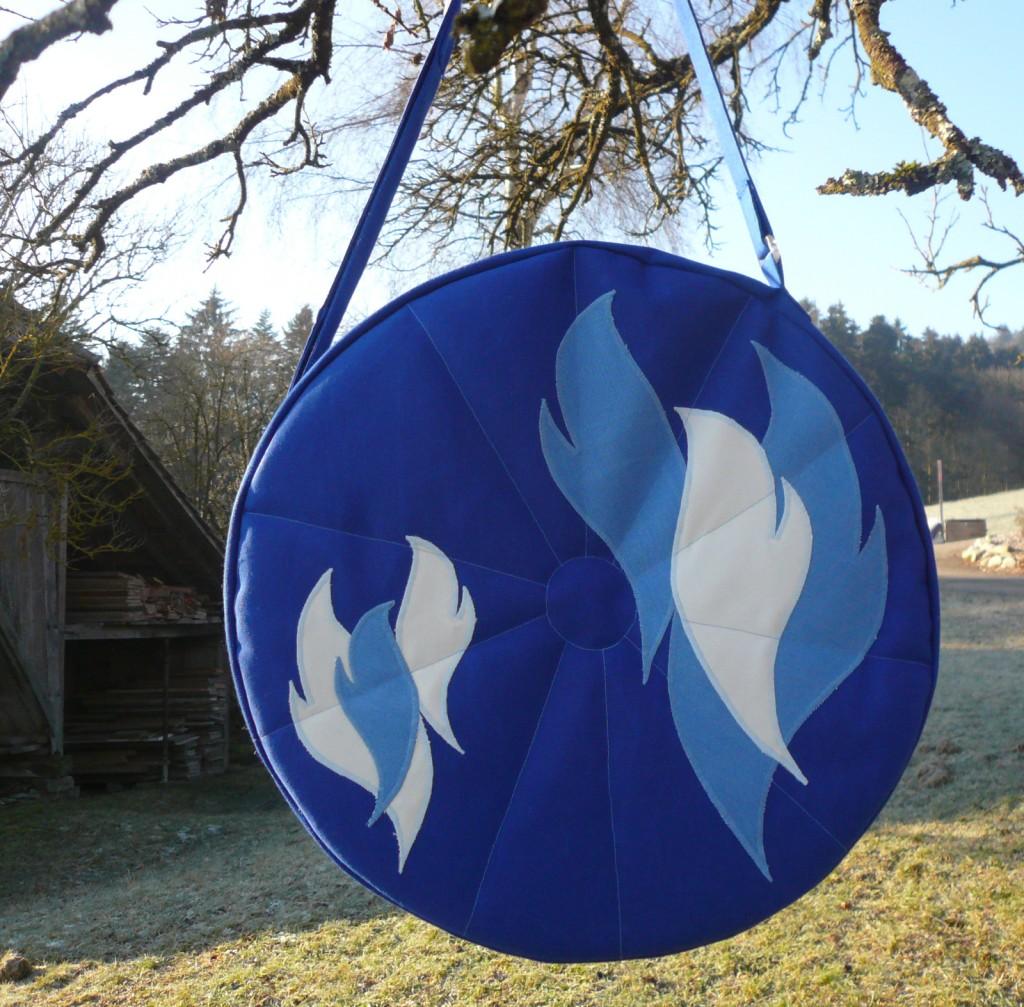 Trommeltasche blau mit Flammen hellblau und weiss, mit Sonnen-Quilting (16)