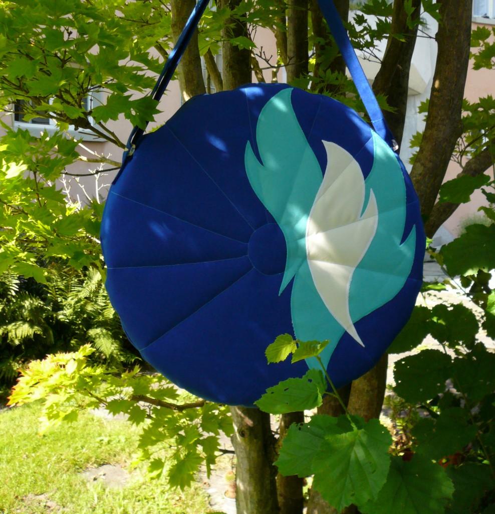 Trommeltasche blau mit Applikation Flammen tuerkis und weiss, mit Sonnen-Quilting