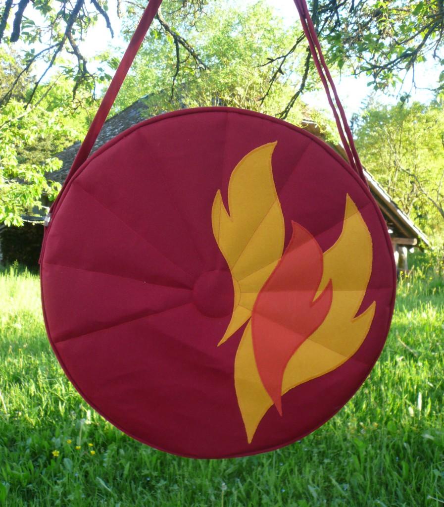 Trommeltasche rot mit Flammen orange und gelb, mit Sonnen-Quilting (06)