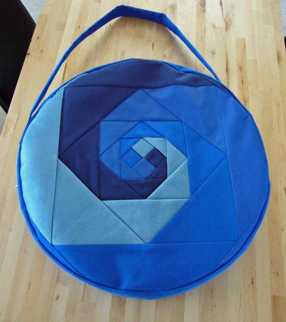Trommeltasche mit Patchwork-Spiralen in diversen blau