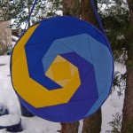 Trommeltasche mit Patchwork-Spiralen in blau und gelb, Mitte gelb