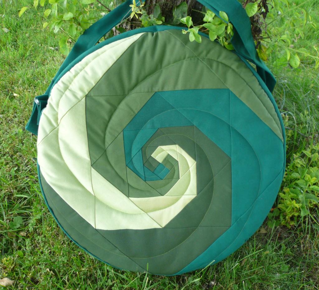 Trommeltasche mit Spiralen in diversen Grün, mit Quilting
