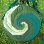 Trommeltasche mit Patchwork-Spiralen in diversen gruen, mit Quilting