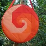 Trommeltasche mit Patchwork-Spiralen in orange, pink und rot