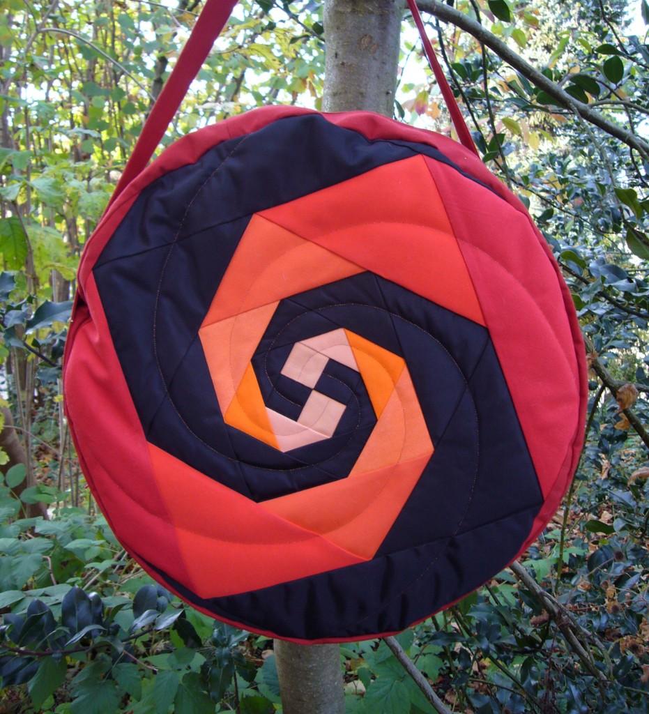 Trommeltasche mit Spiralen in rot, pink, orange und schwarz, mit Quilting (10)
