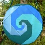Trommeltasche mit Patchwork-Spiralen tuerkis,blau und gruen
