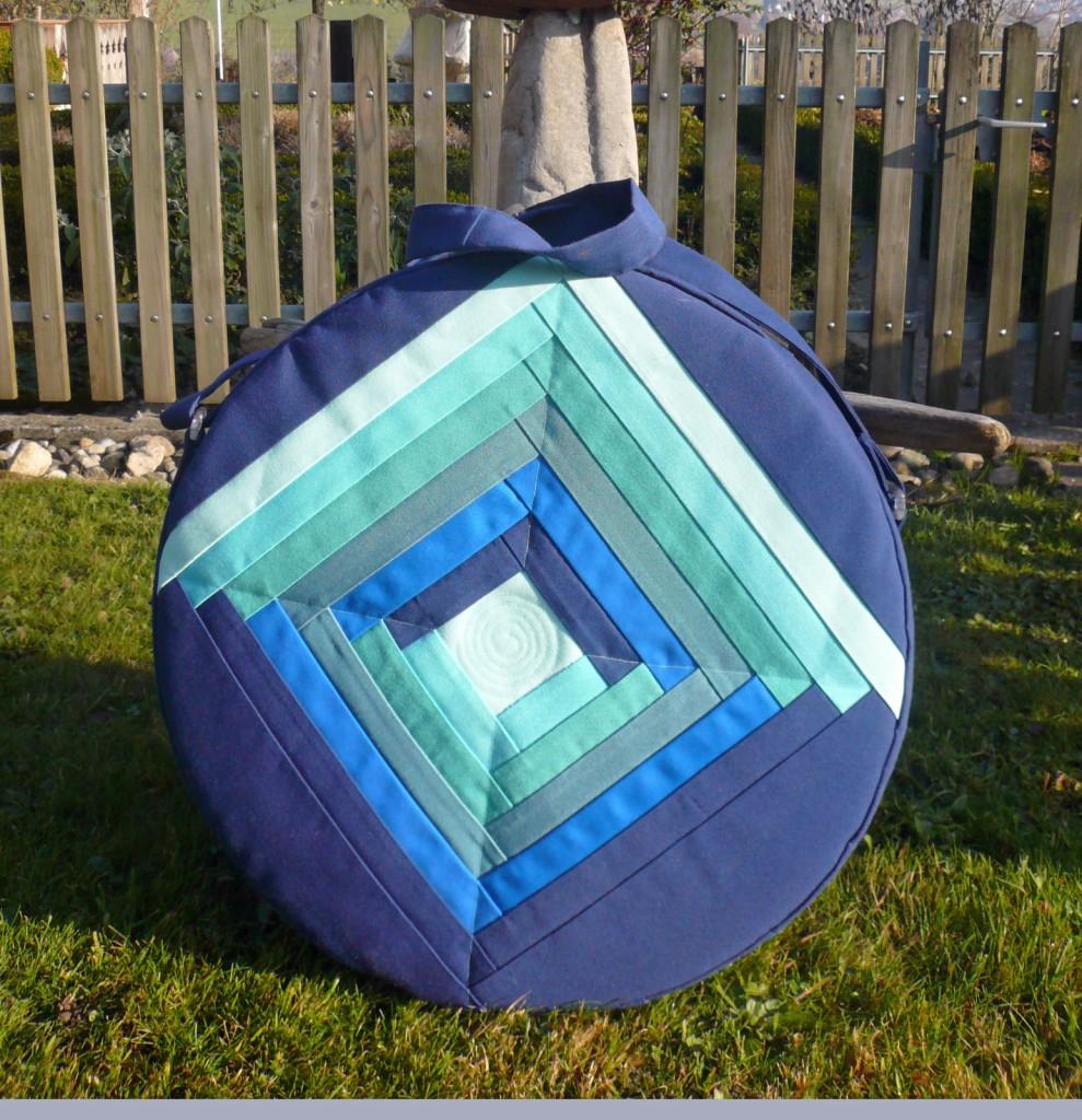 Trommeltasche mit Streifen in diversen Blau, mit Quiltspirale in der Mitte (17)