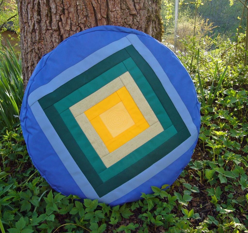 Trommeltasche mit Streifen in blau, gruen und gelb, mit Quiltspirale