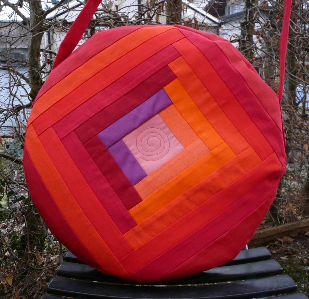 Trommeltasche mit Streifen in rot und violett, mit Quiltspirale in der Mitte (09)