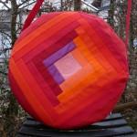 Trommeltasche mit Streifen in rot und violett, mit Quiltspirale