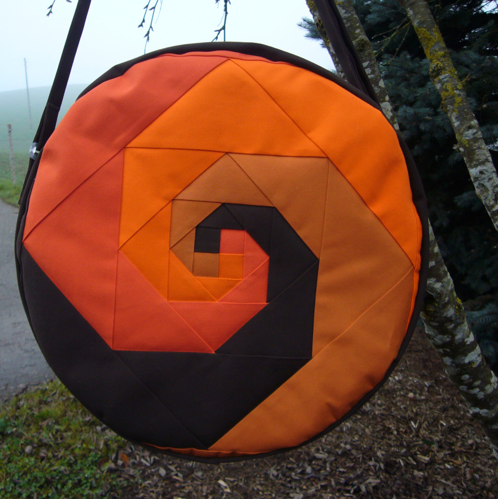 Trommeltasche mit Spiralen in orange und dunkelbraunbraun (704)