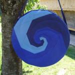 Trommeltasche mit Spiralen blau