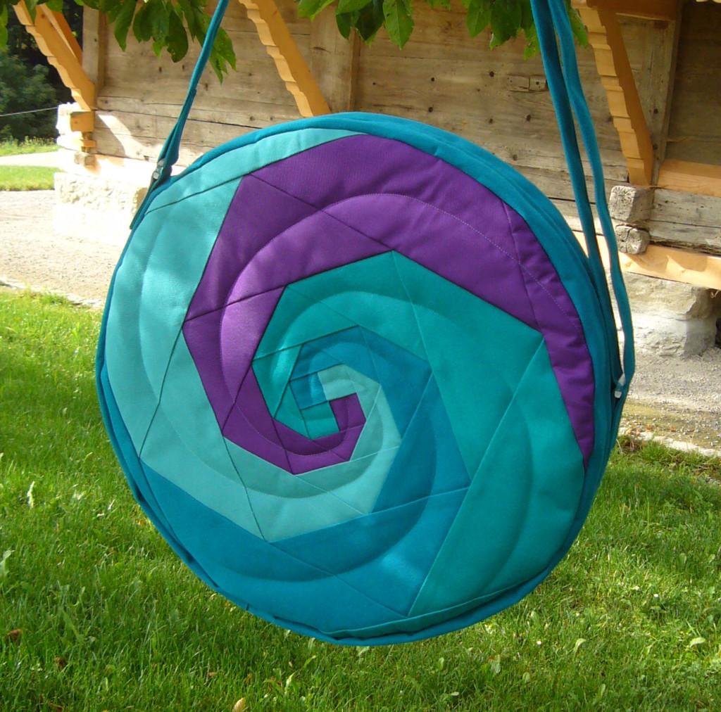 Trommeltasche mit Spiralen in türkis und violett